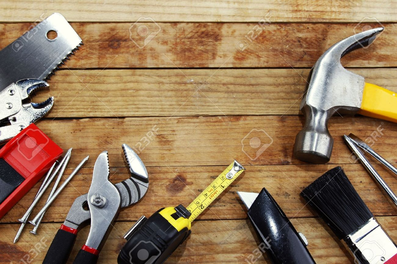 14029675-Outils-de-travail-assortis-sur-le-bois-Banque-d'images